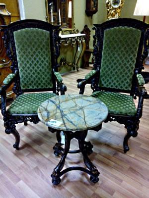 Столик и два стула: антикварная мебель